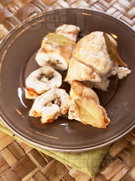 Печено пилешко вретено от пържола пълнено със синьо сирене, гъби и кисели краставички на фурна - снимка на рецептата
